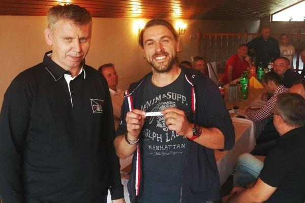 Jedným z favoritov na trofej sú futbalisti Branču. Na snímke zľava Tibor Révay (predseda ŠTK) a Roland Lörincz (zástupca OFK Branč).