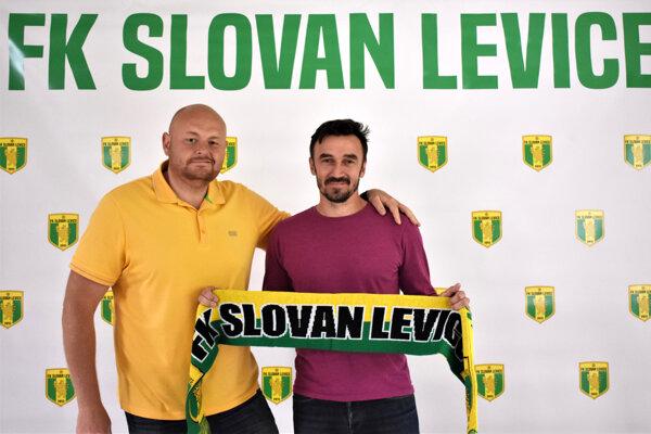 Vedenie Slovana Levice vminulom týždni ohlásilo príchod nového trénera. Stal sa ním doterajší lodivod Podlužian Marcel Pavlík (vpravo). Fanúšikom ho predstavil viceprezident klubu Tomáš Stach (vľavo).