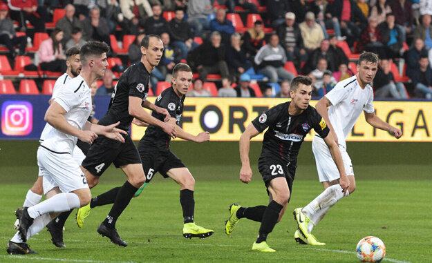 Keď hrala Nitra naposledy v Zlatých Moravciach, v októbri o víťazstve FC ViOn 1:0 rozhodol Martin Kovaľ (druhý sprava).