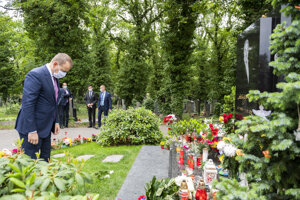 Kollár sa ukláňa po položení kytice k hrobu Karla Gotta.