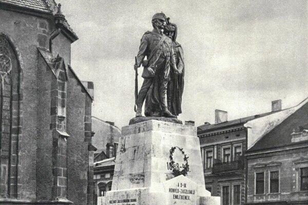 Socha honvéda bola postavená na pamiatku košického deviateho honvédskeho práporu, ktorý sa zúčastnil revolučných bojov v rokoch 1848-49.