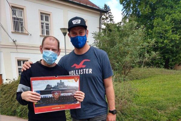 Michal Valent (vpravo) podporil Domov sociálnych služieb v Adamovských Kochanovciach.