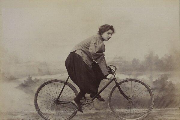 Francúzska cyklistka v dobovom odeve, takzvaných bloomerkách, 1897