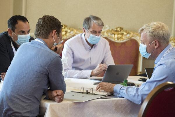 Členovia permanentného krízového štábu, zľava europoslanec Peter Pollák, predseda Lekárskeho odborového združenia Peter Visolajský, odborník na biochémiu Robert Mistrík a manažér pôsobiaci v oblasti IT a telekomunikácií Peter Škodný.