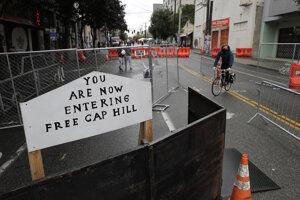 Policajti sa po týždňoch zrážok s demonštrantmi stiahli zo štvrti Capitol Hill.