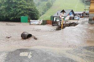 Takto sa dnes valila voda pod lyžiarskymi svahmi v Selciach - Čachove.