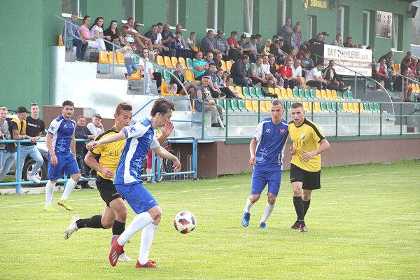 Na zápas Zubrohlavy (v žltom) a Tvrdošína (v modrom) boli zvedavé asi dve stovky divákov.