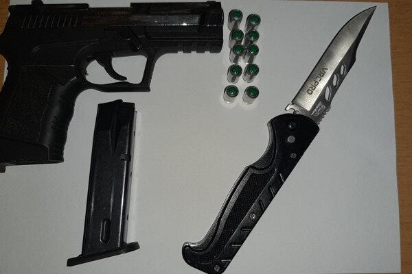 Zbrane útočníka, ktorými ohrozoval v pohostinstve dvoch Sninčanov.
