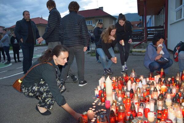 Stovky Turčanov si pamiatku učiteľa Jaroslava Budza uctilo už vo štvrtok, iba pár hodín od hroznej tragédie.