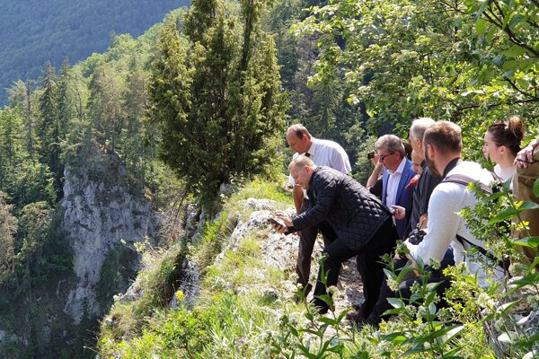 Na snímke vľavo v popredí s mobilom predseda Národnej rady SR Boris Kollár (Sme rodina) počas návštevy vyhliadky Poludnica na okraji Národného parku Muránska planina, ktorá bola súčasťou jeho pracovného programu týkajúceho sa manažmentu územia v teréne.