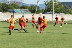 Kostolné (v pruhovanom) bude od novej sezóny po desiatich rokoch opäť pôsobiť ako samostatný klub.