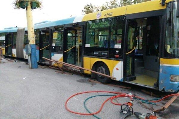 Autobus bez vodiča sa na zastávke zrazu pohol, zastavilo ho až zábradlie, medzi ním a podvozkom ostala zakliesnená cestujúca.