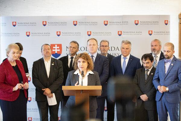 Členovia klubu OĽANO počas tlačovky o novom zákone o interrupciách.