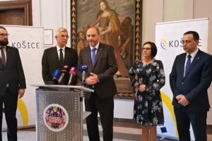 Ivan Korčok (druhý zľava) po stretnutí s primátorom.