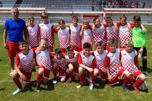 Tréner Juraj Jakubička so svojimi zverencami. FC Topoľčany U13.