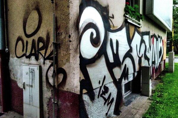Grafity sú na celej stene.