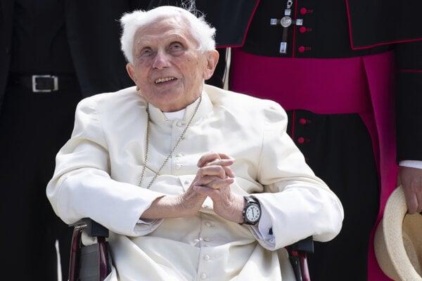 Na snímke emeritný pápež Benedikt XVI. prichádza na letisko v Mníchove v Nemecku 22. júna 2020.