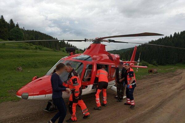 Zraneného pastiera záchranári previezli do popradskej nemocnice.