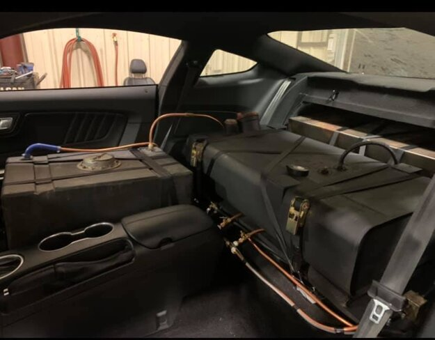 Rekordérovi robili v Mustangu z požičovne spoločnosť palivové nádrže miesto sedadiel.
