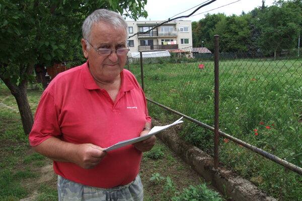 Valentín Angelov má záhradu v susedstve stavebnej parcely. Nad ňou stoja domy.