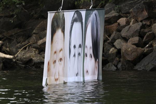 Na snímke leták s fotografiami severokórejského lídra Kim Čong-una (vľavo), zosnulého severokórejkého lídra Kim Ir-sena a Kim Jo-čong, sestry Kim Čong-una, ktorý vypustili  aktivisti z organizácie Bojovníci za slobodnú Severnú Kóreu (FFNK) 23. júna 2020 v juhokórejskom Hongcheone.