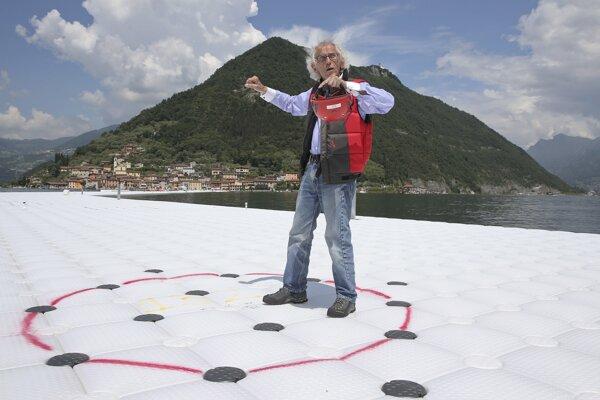 220 tisíc plastových kociek a taký istý počet skrutiek bolo použitých na dielo Floating piers (Plávajúce móla) na jazere Iseo na severe Talianska.