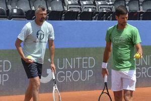 Tréner Goran Ivaniševič (vľavo) a Novak Djokovič počas tréningu na turnaji Adria Tour v Zadare.