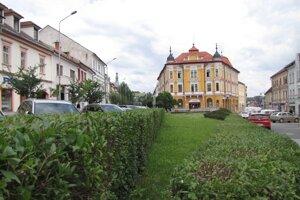 Parčík pred budovou Komunálnej poisťovne už nesie oficiálne meno po staviteľovi Jurajovi Hudecovi. Na revitalizáciu a využitie ešte stále čaká.