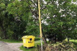 Orezávanie drevín v Podhradí.