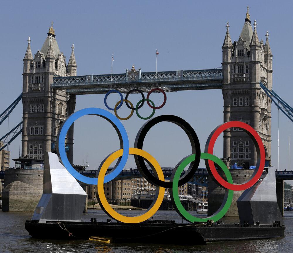 Olympijské kruhy na moste v roku 2012.