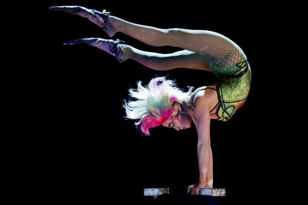Akrobatka zo svetoznámeho Cirque Du Soleil počas predstavenia v Mexico City. Archívna fotografia z novembra 2017.
