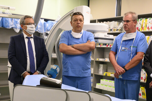 Na snímke zľava výkonný riaditeľ Siemens Healthineers Vladimí Šolík, výkonný a medicínsky riaditeľ Nemocnice CINRE Ivan Vulev a primár Oddelenia intervenčnej kardiológie CINRE Ladislav Groch v opreačnej sále pred miniinvazívnym operačným výkonom na srdcových tepnách s novým operačným röntgenom ARTIS icono (v pozadí) v Nemocnici CINRE.