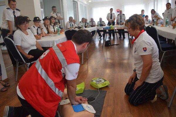 Demonštrácia defibrilátora pred obyvateľmi Gbelian.