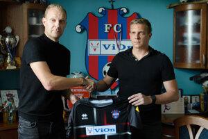 Ľuboš Benkovský (vpravo) s generálnym manažérom FC ViOn Zlaté Moravce Marekom Ondrejkom po spečatení spolupráce.