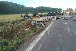 Dopravná nehoda pri obci Nitrica si vyžiadala jednu obeť.