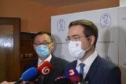 Nový riaditeľ prešovskej nemocnice Ľubomír Šárnik (vľavo) a minister zdravotníctva Marek Krajčí (OĽaNO).
