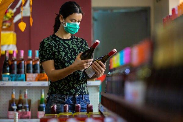 V reťazcoch sa predalo počas pandémie zhruba rovnaké množstvo vína. Priemerná cena za fľašu sa znížila.