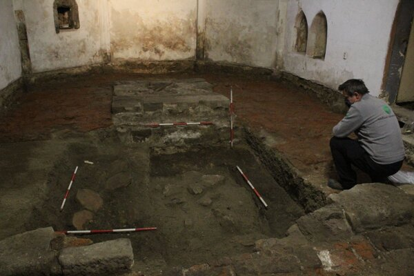 Situácia v kaplnke sv. Anny (pôvodnom gotickom presbytériu) po vypreparovaní tehlovej podlahy z prelomu 16 a 17.stor. Dve hrobové miesta v popredí,