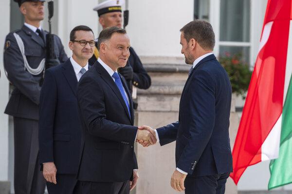 Igor Matovič počas privítania predsedov vlád krajín V4 prezidentom Poľska Andrzejom Dudom a predsedom vlády Poľska Mateusz Morawieckim vo Varšave