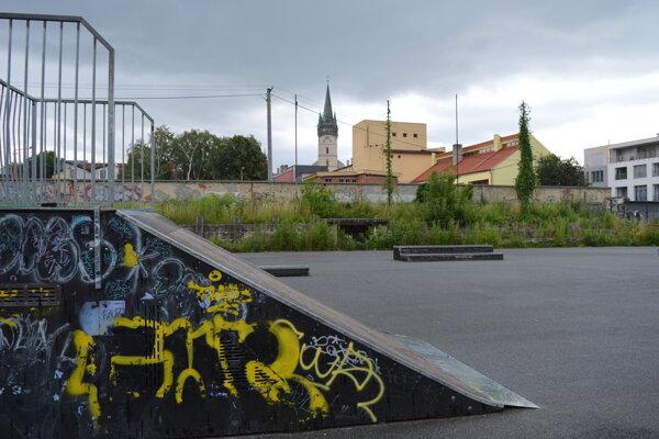 Skatepark v centre mesta je po pár rokoch v dezolátnom stave. Prvky sú značne poškodené a areál je málo udržiavaný.