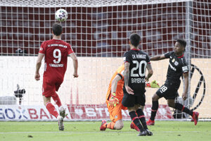 Robert Lewandowski strieľa jeden zo svojich gólov.
