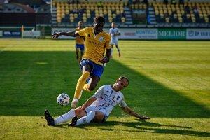 Alieu Fadera (hore) v drese FK Pohronie - ilustračná fotografia.