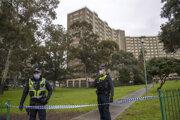 Polícia stráži uzavretú bytovku v Melbourne.