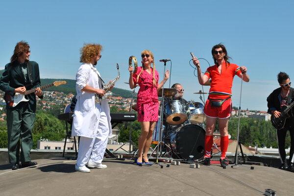 Z natáčania klipu divadelnej retro kapely Živica.