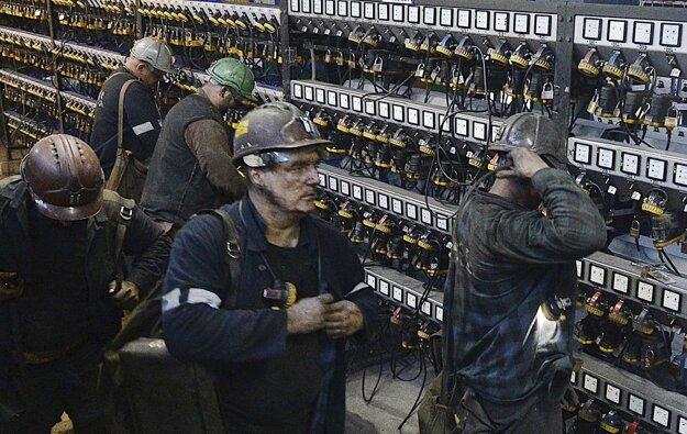 Baníci sa pripravujú na sfáranie do bane Wujek pri Katoviciach.