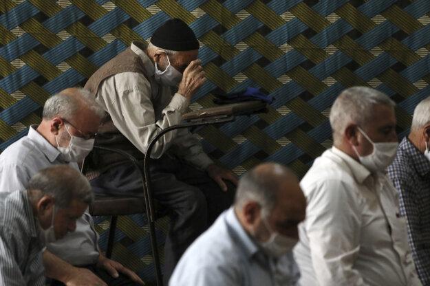 Obyvatelia iránskeho mesta Zandžán počas modlitieb v mešite.