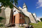 Prístavba ku kostolu. Kedysi tu bola drevená prístavba.