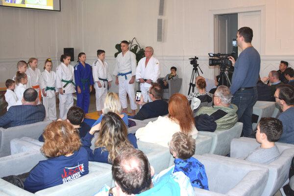 Začiatkom marca predstavili desať projektov, s ktorými sa prvý raz uchádzali o príspevok z participatívneho rozpočtu. Jedným z nich bol Judo klub Levice, ktorý žiadal peniaze na nákup žineniek.