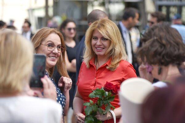 Prezidentka Zuzana Čaputová sa fotí s obyvateľkou Trnavy počas návštevy mesta Trnava 8. júla 2020.