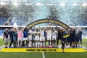 Futbalisti Slovana Bratislava sa radujú zo zisku trofeje.